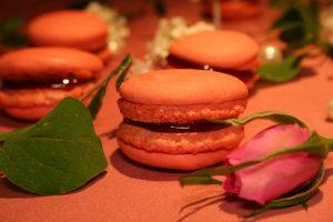 Macarons mit Himbeer-Ganache- und Schoko-Füllung