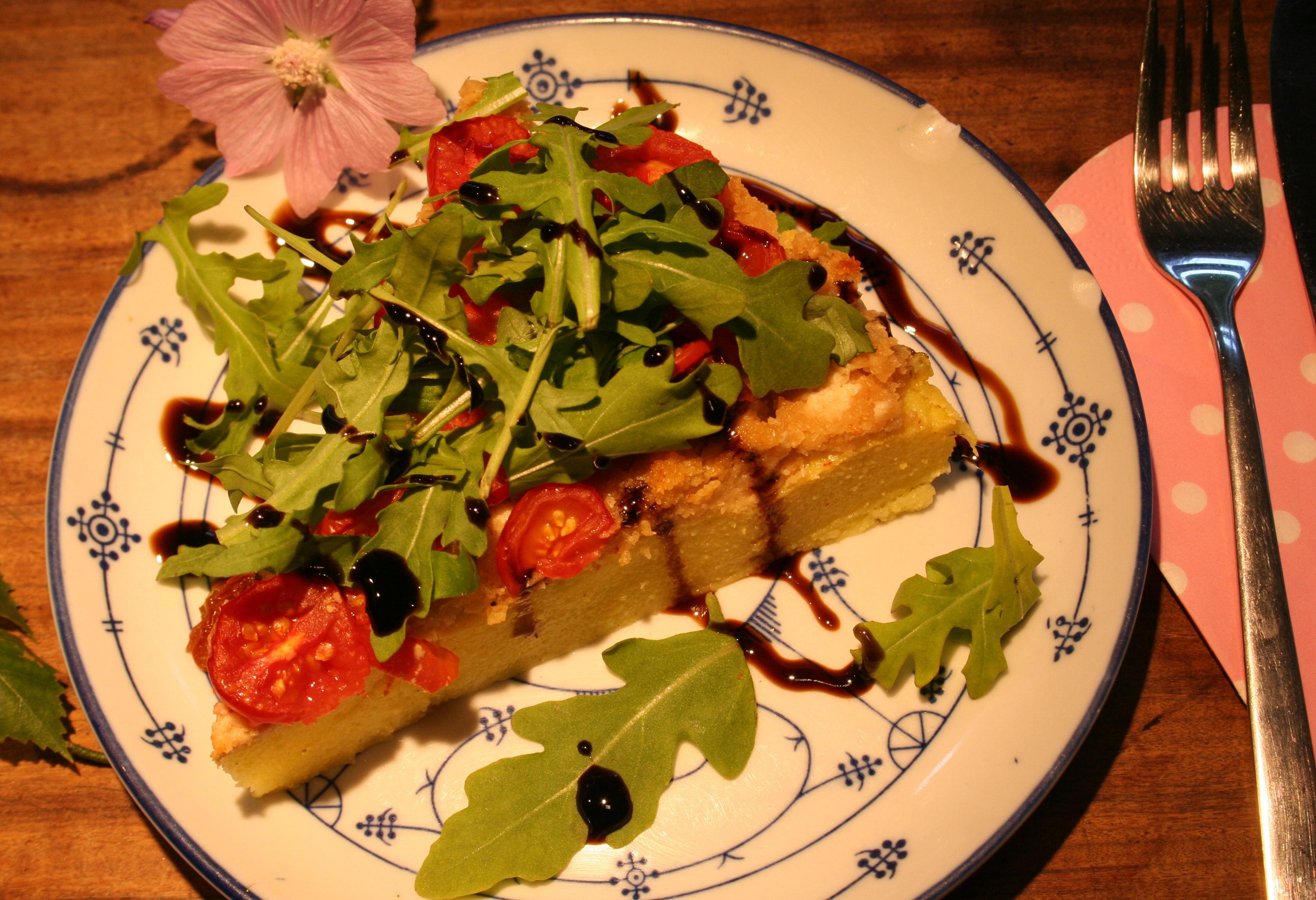 Polenta-Tarte mit Tomaten auf veganem Ziegenkäse