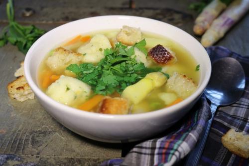 meine leichte Frühlingssuppe mit frischem Gemüse und feinen Bärlauch-Grießklößchen.