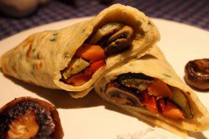 Herzhafte Kräuter-Eierkuchen gefüllt mit gegrilltem Gemüse und Dip