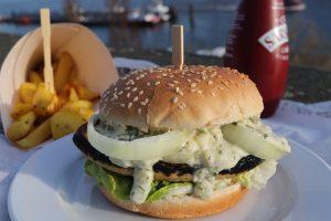 Vischburger mit Chips - vegan mit selbstgemachter Remoulade