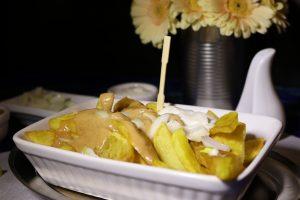 Patat Oorlog - Pommes mit Mayo, Zwiebeln und Satésauce