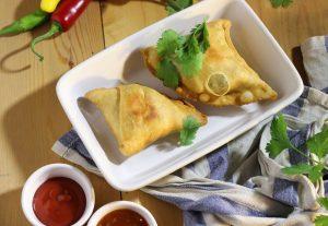 Samosas - frittierte, indische Gemüsetaschen