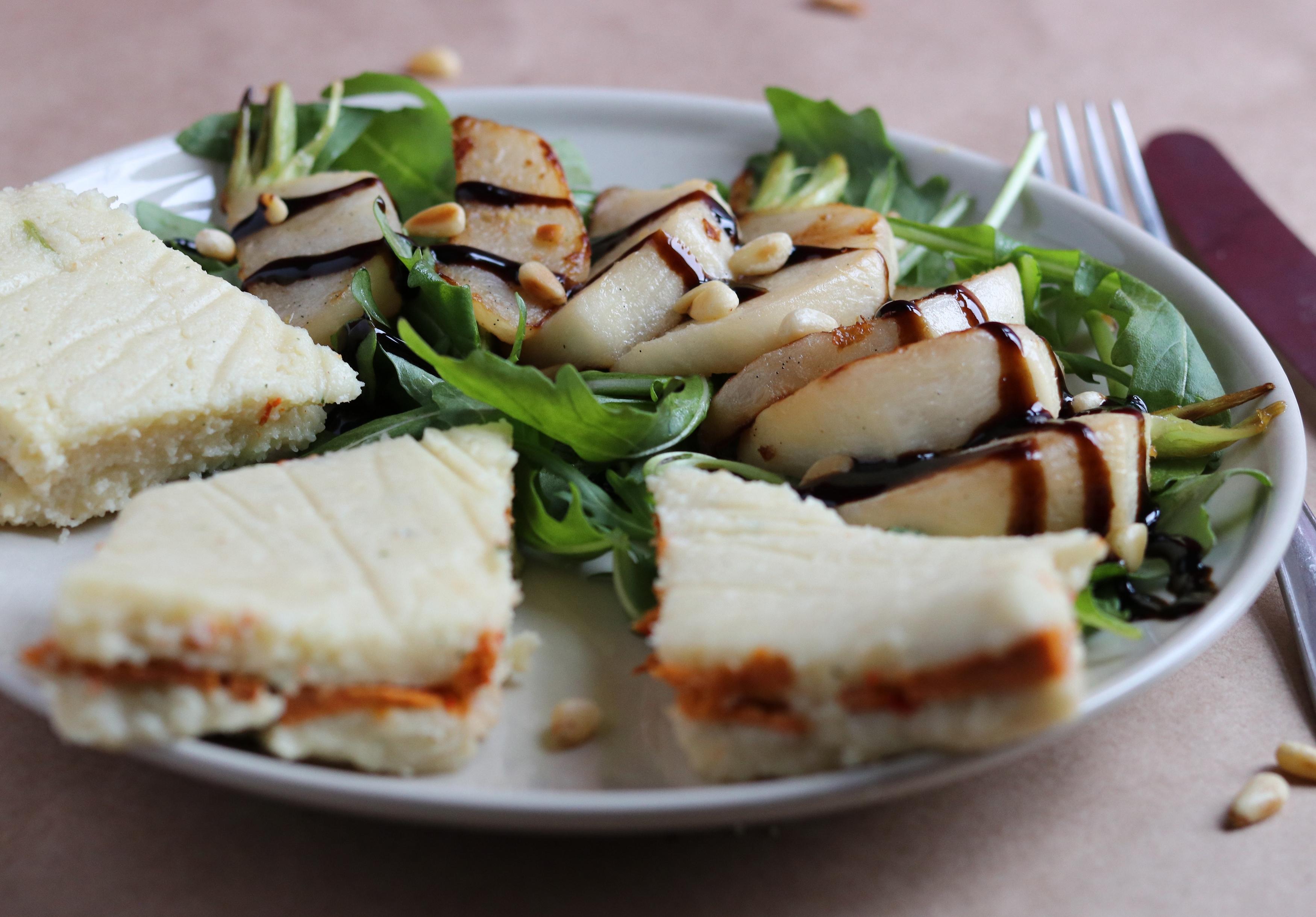 Chorizo-Grießschnitten an glasierten Mairübchen