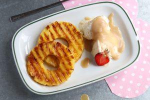 Gegrillte Ananas mit Vanilleeis und salziger Karamellsoße