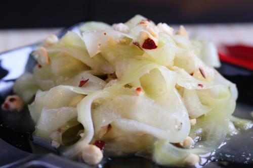 Gurkensalat mit gerösteten Cashews