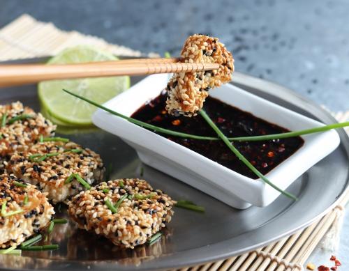 Sesamkrustentofu mit asiatischem Dip