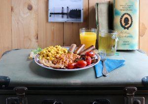 English Breakfast mit Rührtofu, Bohnen, Würstchen & Co