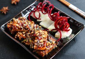 Doppelt gegrillter Tofu in Chilisauce