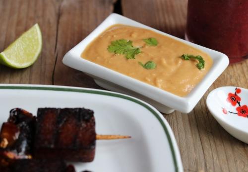 Pilz und Tofu Spieße mit Erdnusssoße