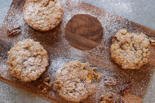 Kürbis-Frischkäse-Muffins mit Nuss-Streuseln