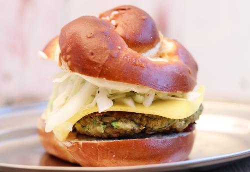Laugen-Cheeseburger mit Grünkernpatty