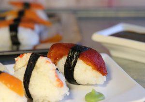 Nigiri-Sushi mit 'Thunfisch', 'Lachs' und 'Garnelen' - vegan