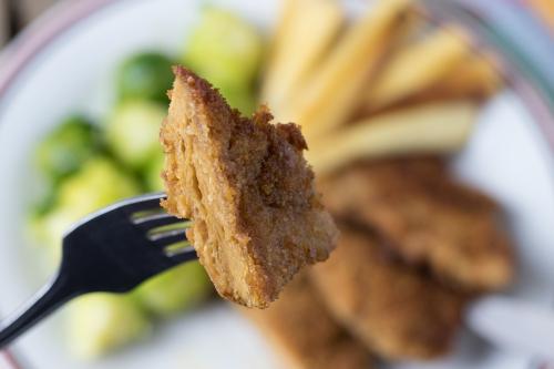 Mini-Schnitzel mit Pastinaken-Frites und Rosenkohl