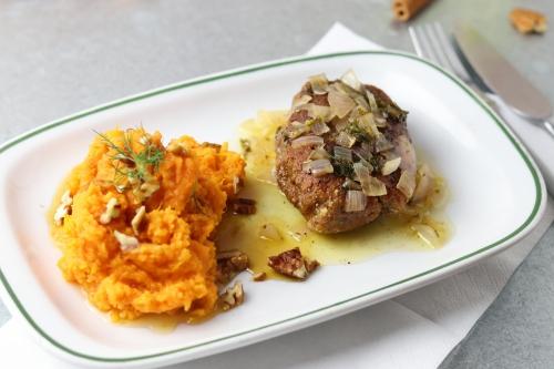 Steak avec Beurre Blanc Sauce an Ahorn-Pekannuss-Süßkartoffelbrei