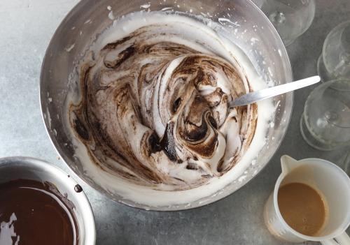 Unterheben der Schokolade