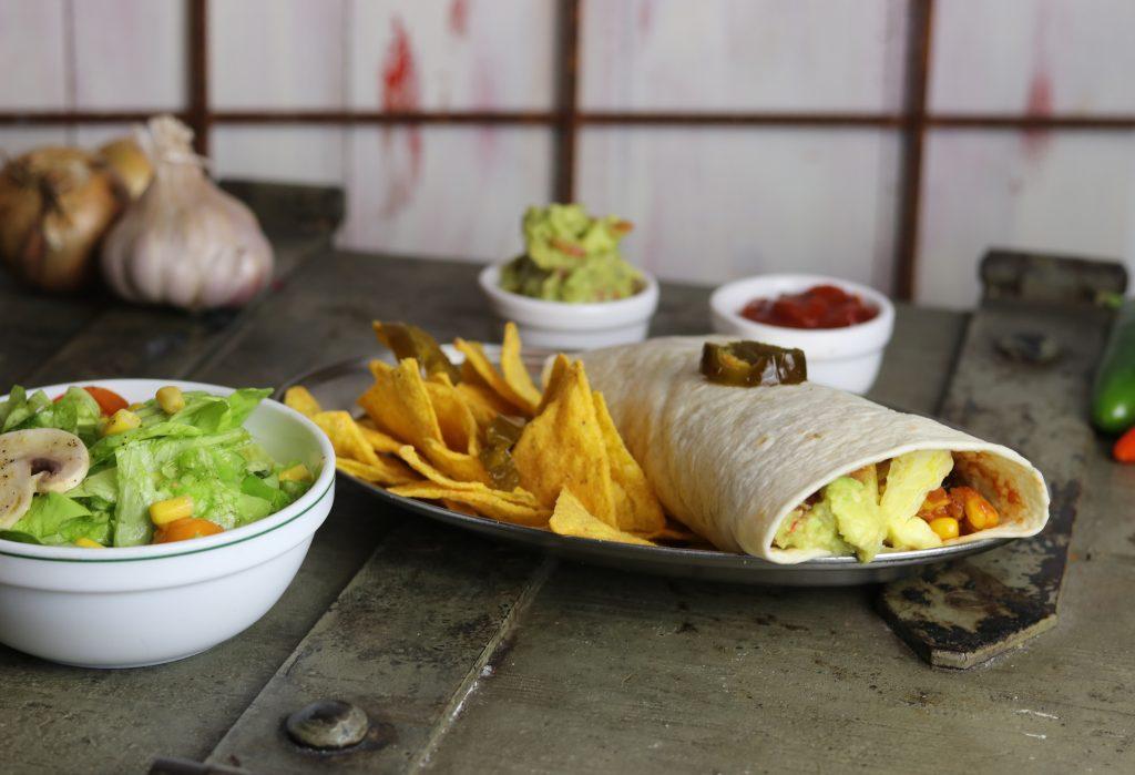 beef and bean burritos mit tortilla chips und salat daily vegan. Black Bedroom Furniture Sets. Home Design Ideas