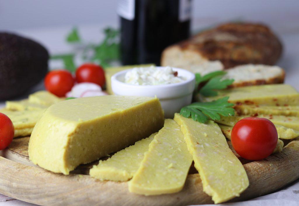 veganer kase ist oft sehr teuer oder schmeckt meistens gleich dieser hier ist ein guter einfacher grundkase wenn man einen leckeren veganen hartkase