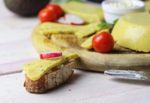Veganer Käse mit Kräutern