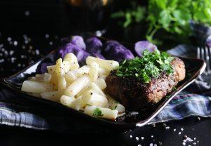 Steaks mit Balsamico-Reduktion, Kartoffeln und Schwarzwurzeln