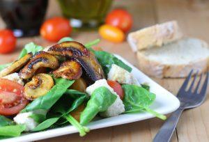 Spinatsalat mit Mozzarella und gebratenen Pilzen