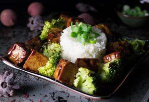 Knoblauch-Tofu mit Reis und Brokkoli