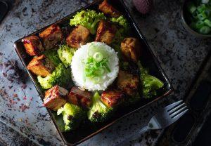 Asiatischer Knoblauch-Tofu mit Reis und Brokkoli