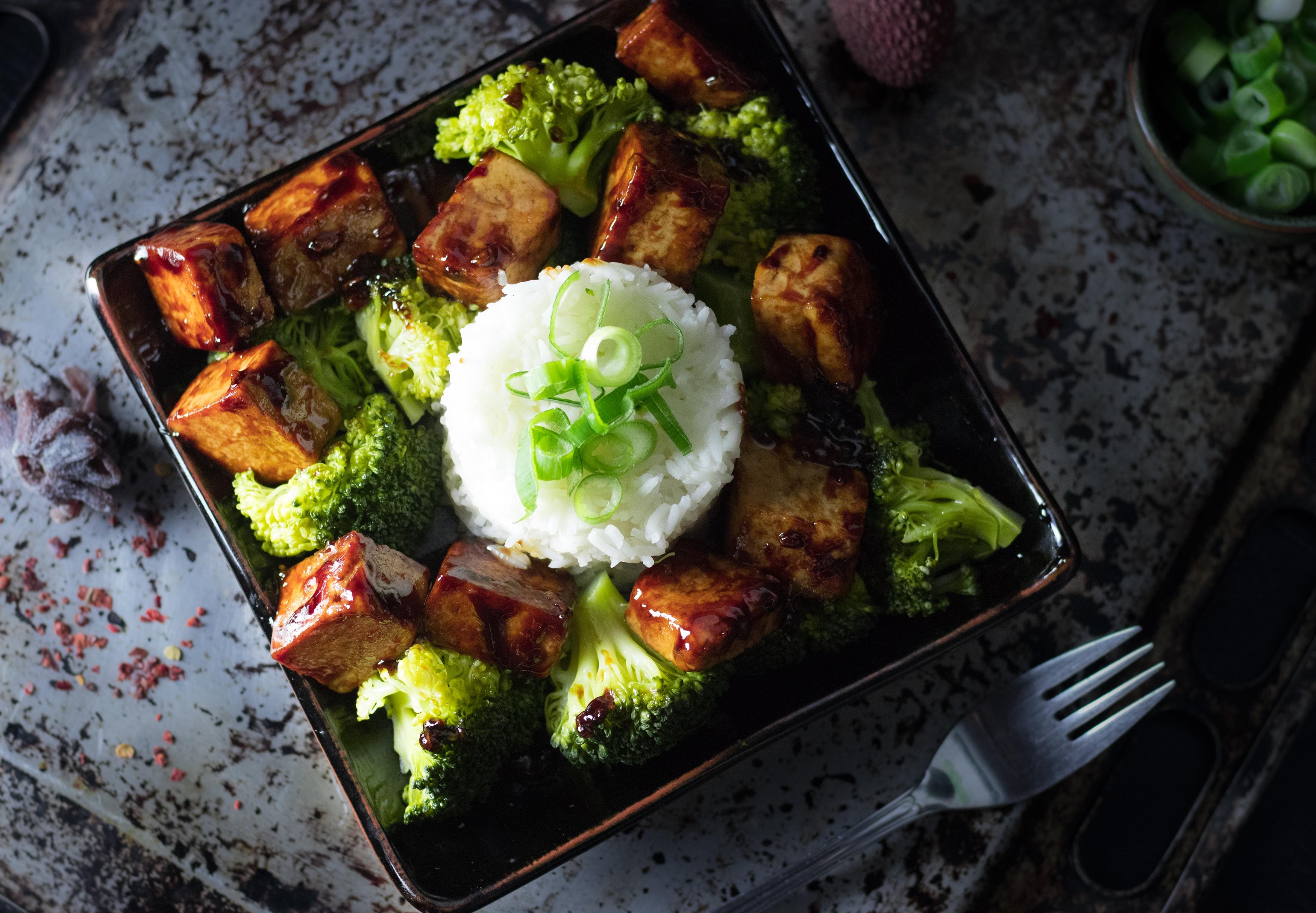 asiatischer knoblauch tofu mit reis und brokkoli daily vegan. Black Bedroom Furniture Sets. Home Design Ideas