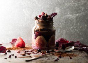 Beeren-Chiapudding, Schoko-Nicecream und Früchte