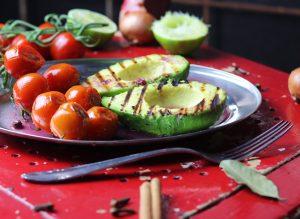 Gegrillte Avocado mit geschmorten Cherry Tomaten auf Grüner Pfeffer und Preiselbeersauce