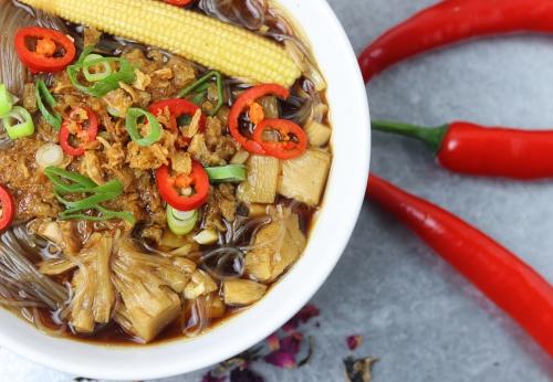 Vietnamesische Hühnchen- und Glasnudelsuppe