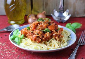 Mit Basilikum und getrockneten Tomaten