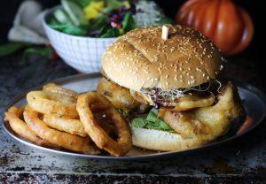 Austernseitlingsburger mit Onion Rings und feuriger Bier-Senf-Sauce