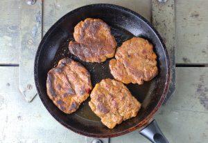 Braten der veganen Steaks