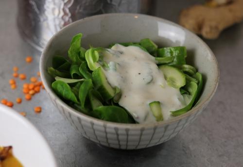 Salat mit indischem Joghurt-Dressing