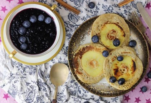 Apfel-Eierkuchen mit Blåbärssoppa
