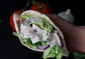 Falafel im Brot mit Zitronen-Tahini-Soße und Salat