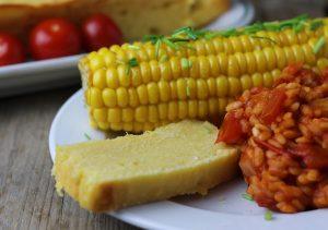 Mit Maiskolben und Reis