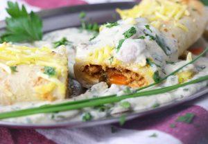 Gefüllte Eierkuchen mit Hack-Gemüse-Füllung und Pilzsauce
