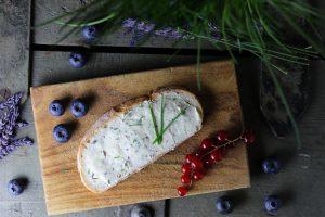 Lavendel-Kräuterbutter: vegan, flink und einfach