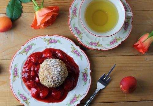 Marillenknödel auf Erdbeerkompott