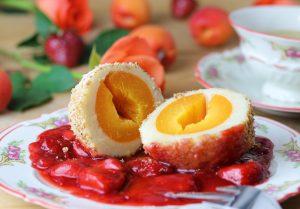 Marillenknödel (Aprikosenknödel) auf Erdbeerkompott