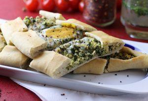 Spinat-Feta-Pide mit Ei