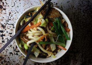 Gebratene Udon-Nudeln mit Gemüse und veganer Ente