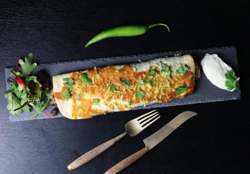 Mit Enchiladasauce überbacken