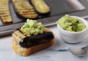 Gegrillte Auberginenscheiben mit Avocado-Dip