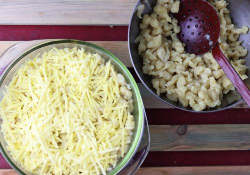 Käse und Spätzle schichten
