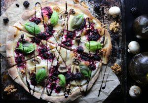 Pizza Bianca mit Brombeeren und Basilikum