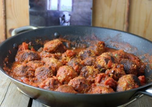 Bällchen in der Sauce kochen