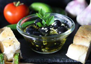 Eingelegte Knoblauch-Oliven